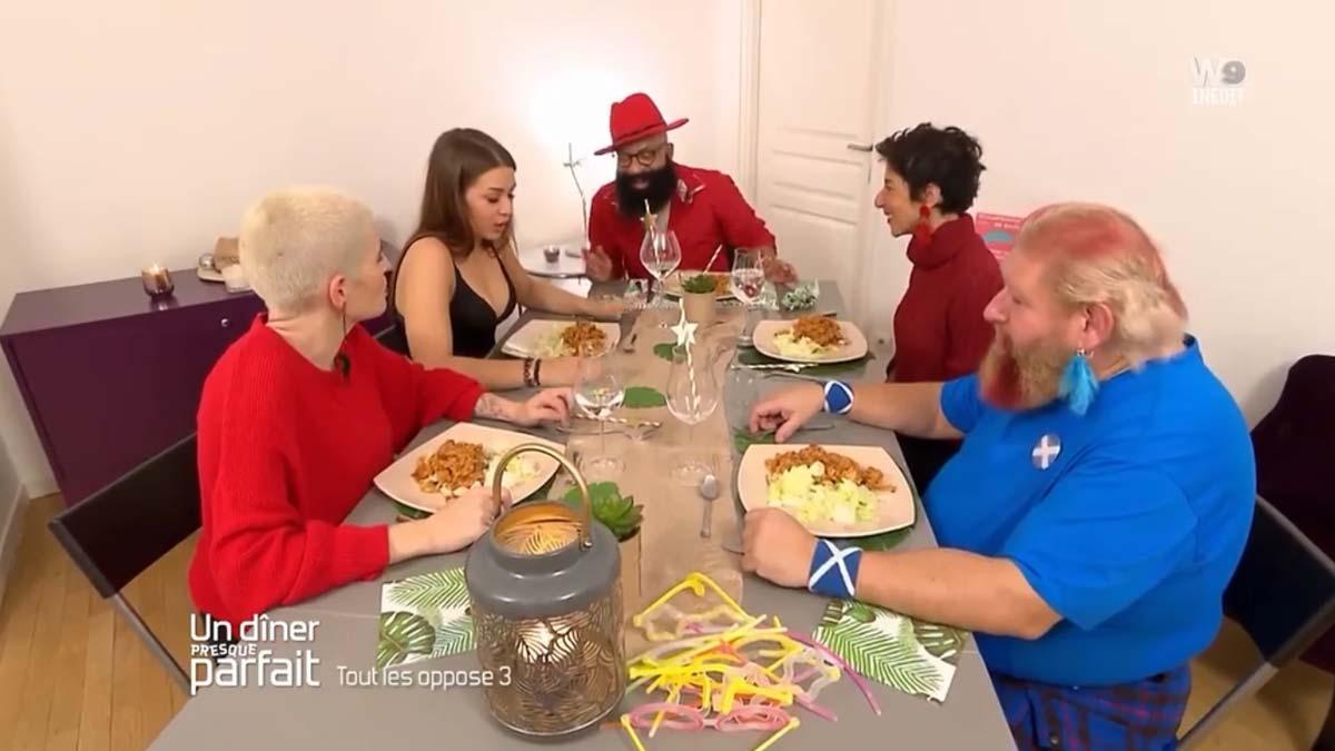 Un dîner presque parfait : un candidat sert un plat complètement cramé ses invités se sont jetés sur lui!