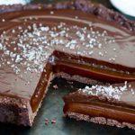 Découvrez la recette implacable de notre tarte au chocolat fondant au caramel salé